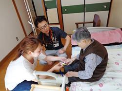 訪問診療で、実際に実習生に診察を体験してもらっています。